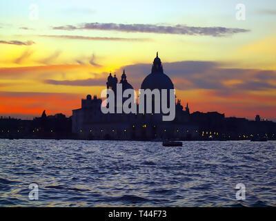 Cathédrale Santa Maria della Salute à Venise au coucher du soleil