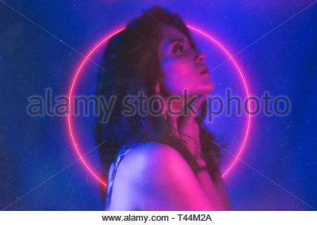 Femme par cercle au néon rose Banque D'Images