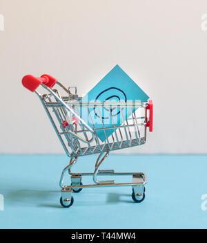 Magasinage en ligne concept: Votre panier ou le chariot portant le symbole e-mail Banque D'Images