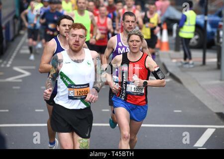 Brighton, Sussex, UK. 14 avr, 2019. Les premiers leaders dans ce ans Brighton Marathon qui célèbre son 10e anniversaire Crédit: Simon Dack/Alamy Live News Banque D'Images