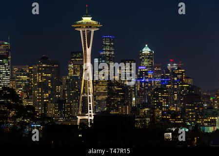 Vue de nuit de la ville de Seattle avec le Space Needle et autres bâtiments emblématiques dans l'arrière-plan.