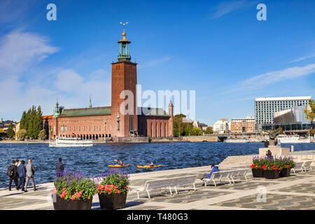 16 Septembre 2018: Stockholm, Suède - L'hôtel de ville, l'un des plus célèbres édifices, et d'accueil du Prix Nobel Banquet. Deux kayaks à l'eau. Banque D'Images