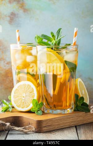 Thé glacé au citron et la glace dans des grands verres.