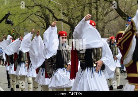 New York City, USA. 14 avr, 2019. Vu les soldats marchant à l'assemblée annuelle de l'Indépendance grecque Parade sur la 5e Avenue à New York. Credit: Ryan Rahman SOPA/Images/ZUMA/Alamy Fil Live News Banque D'Images