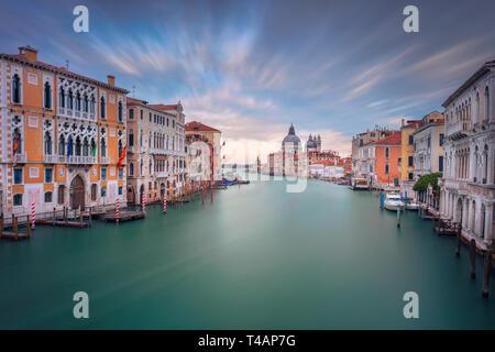 Venise, Italie. Cityscape image du Grand Canal à Venise, avec la Basilique Santa Maria della Salute en arrière-plan, pendant le coucher du soleil.