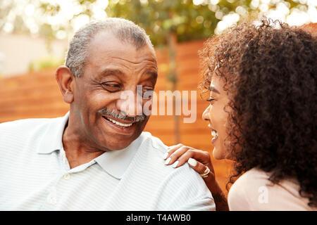 Hauts homme noir et sa petite-fille adultes laughing outdoors, portrait