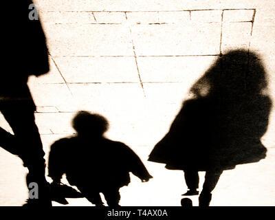 Blurrry ombre silhouete de personnes à pied à contraste élevé sépia Noir et blanc Banque D'Images