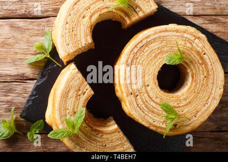 L'allemand pour les arbres à gâteau, Baumkuchen est parfois également appelé, gâteau à la broche ou le champagne sur la table. haut horizontale Vue de dessus Banque D'Images