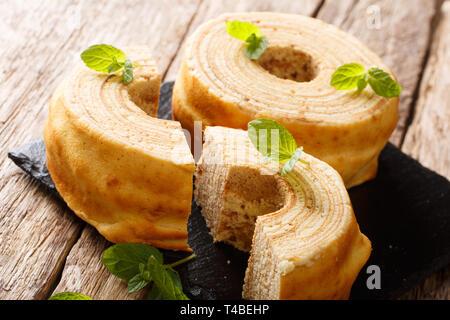 L'allemand pour les arbres à gâteau, Baumkuchen est parfois également appelé, gâteau à la broche ou le champagne sur la table horizontale. Banque D'Images