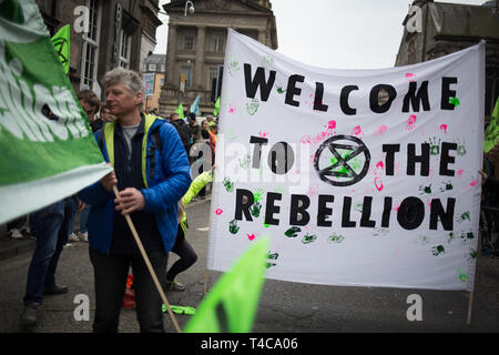 """Édimbourg, Écosse, 16 avril 2019. Rébellion d'extinction (Ecosse) les manifestants fermer North Bridge à la circulation au cours d'une """"Journée internationale de la rébellion"""", pour demander au gouvernement de déclarer une urgence climatique, à Édimbourg, en Écosse, le 16 avril 2019. Crédit: Jeremy Sutton-Hibbert/Alamy Live News"""