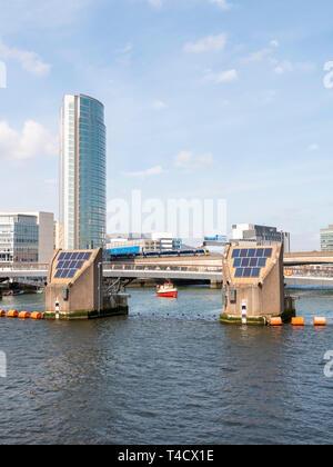 Pied Lagan et pont avec l'Obel Cycle Tower à gauche Banque D'Images