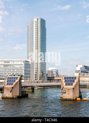 Pied Lagan et pont avec l'Obel Cycle Tower dans l'arrière-plan Banque D'Images