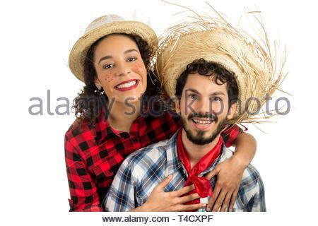 Festa Junina: parti au Brésil au mois de juin. Couple brésilien portant des chemises à carreaux. L'homme et la femme s'habiller de vêtements tendance vérifiée et souriant Banque D'Images