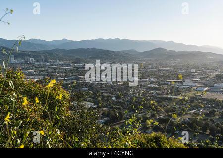 Vue sur le centre-ville de Glendale et montagnes San Gabriel de Griffith Park à Los Angeles County, Californie. Banque D'Images