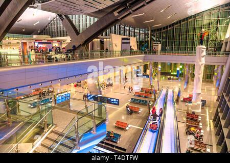 Doha, Qatar - 24 Février 2019: Vue aérienne de l'intérieur hall et indexation de l'Aéroport International Hamad Hamad Doha ou l'aéroport, le seul aéroport de