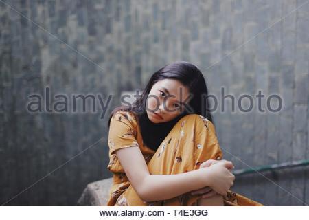 Selective focus photographie de femme assise piscine Banque D'Images