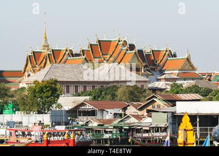 BANGKOK, THAÏLANDE - Mars 2019: vue sur les toits du temple Wat Pho Bouddha couché complexe. Banque D'Images