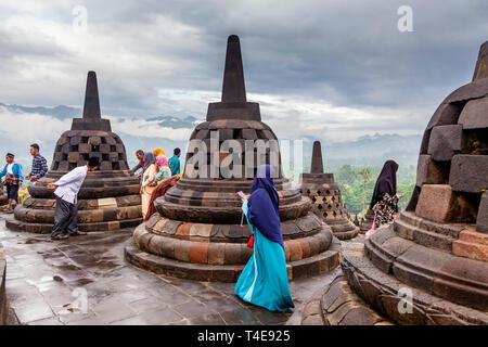 Les touristes visitant domestique indonésienne Borobudur Temple (le plus grand temple bouddhiste de Borobudur), Java, Indonésie Banque D'Images