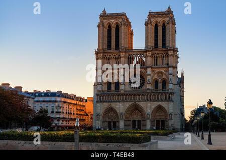 Célèbre façade de la cathédrale Notre-Dame de Paris à Paris, France.