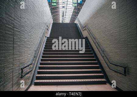 Escalier classique européen sur railway station Banque D'Images
