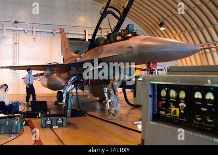 31e Escadron de maintenance des aéronefs d'aviateurs effectuer une maintenance sur un F-16 Fighting Falcon à la base aérienne d'Aviano, en Italie, le 4 avril 2019. Le 31 AMXS fournit divers moyens de réparation d'aéronefs, avionique, systèmes de propulsion et d'armes à l'appui de l'exécution de précision classiques et des armes spéciales.