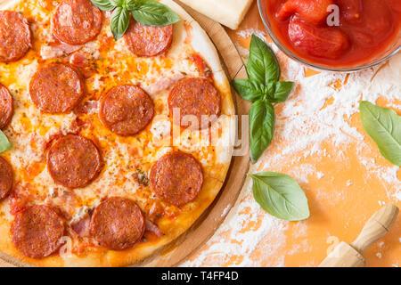 Pizza au pepperoni, avec le basilic frais Banque D'Images