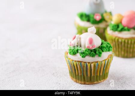 Arrière-plan de pâques avec de beaux cupcakes Banque D'Images