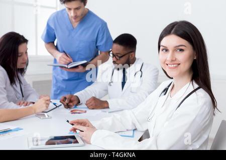 Équipe de médecins ayant séance in medical office Banque D'Images