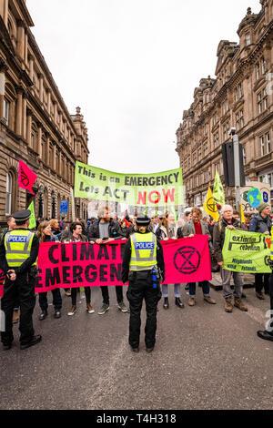Edinburgh, Royaume-Uni. 16 avril 2019. Les manifestants sur le Pont du Nord, Edimbourg, prendre part à la barrière d'urgence climatique XR Démonstration.