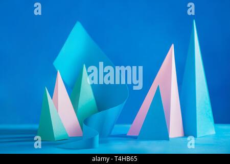 Ton pastel abstrait en-tête. Sculpture papercraft Origami dans des tons pastel. Modèle de conception dynamique avec des formes modernes et copy space