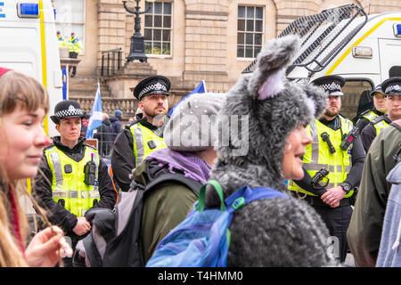 Edimbourg, Ecosse. 16 avril, 2019. Le changement climatique bloc manifestants North Bridge à Edimbourg à l'heure de pointe. Rébellion Extinction militants ont été respectées