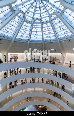 Intérieur du musée Guggenheim conçu par Frank Lloyd Wright Banque D'Images