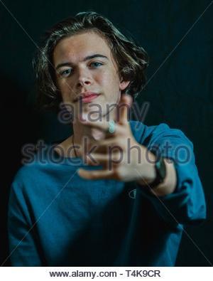 Homme portant une chemise à manches longues bleu top Banque D'Images