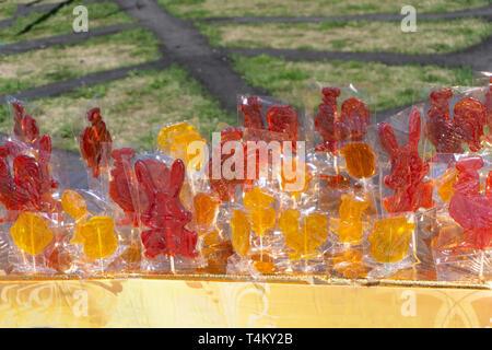 Beaucoup de bonbons colorés au-dessus de la gelée au chocolat