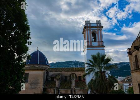 Dénia, Alicante, Espagne, le 21 novembre 2018: Les toits et clocher de l'église Notre Dame de l'Assomption