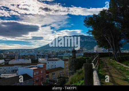 Dénia, Alicante, Espagne, le 21 novembre 2018: sur la ville et la montagne Montgo du château
