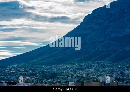 Dénia, Alicante, Espagne, le 21 novembre 2018: Beaucoup de maisons au pied de la montagne Montgo