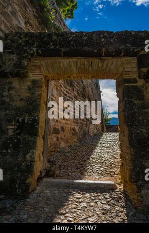 Dénia, Alicante, Espagne, le 21 novembre 2018: rempart portail. Entrée de l'ancien village à côté du château