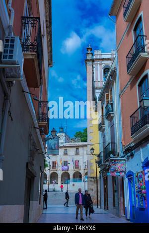 Dénia, Alicante, Espagne, le 21 novembre 2018: La rue commerciale, l'accès à la place de la mairie et l'église