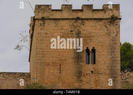 Dénia, Alicante, Espagne, le 21 novembre 2018: tour du château de Dénia à l'entrée sud
