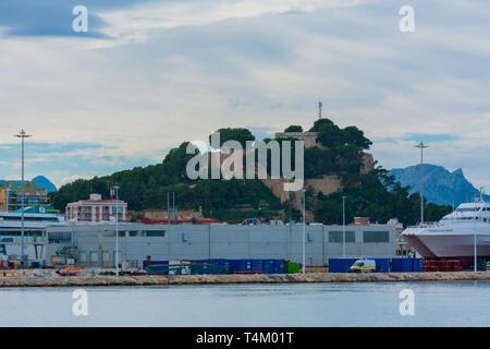 Dénia, Alicante, Espagne, le 21 novembre 2018: Château de Denia, avec port de premier plan et à une rampe de quelques bateaux
