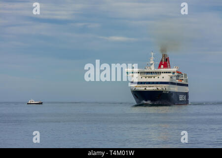 Dénia, Alicante, Espagne, le 21 novembre 2018: un ferry grec entrant dans le port à côté de voile