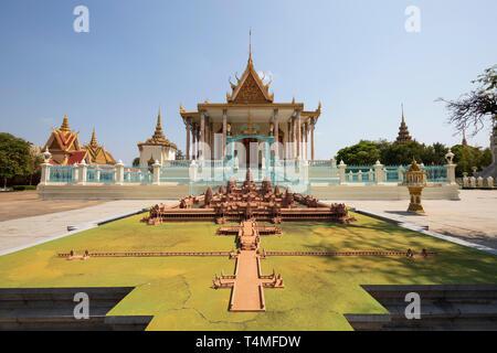 Modèle d'Angkor Wat en face de la Pagode d'argent à l'intérieur de l'enceinte du Palais Royal, Phnom Penh, Cambodge, Asie du Sud, Asie Banque D'Images