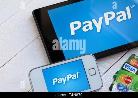 KIEV, UKRAINE - 22 mars: le logo du système de paiement PayPal sur smartphone et tablette en plastique, avec les cartes de paiement Visa et MasterCard, à Kiev, Ukraine, le Mar Banque D'Images