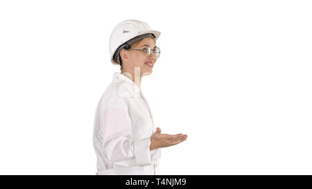 Plan moyen. Jeune scientifique en sarrau et casque de marcher et dire quelque chose sur fond blanc. Professional tourné en 4K de résolution. 006. Vous ne pouvez Banque D'Images