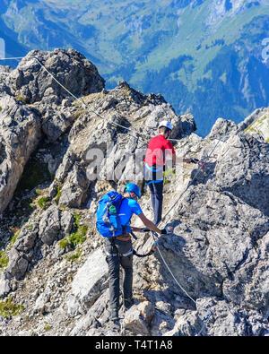 Deux alpinistes à la crête du sommet de Karhorn à Vorarlberg près de Warth Banque D'Images