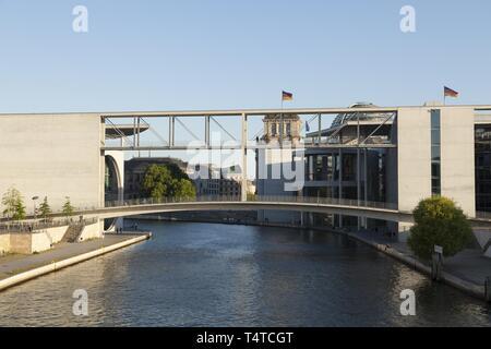 Pont sur la Spree entre Marie-Elisabeth-Lueders-Haus¶et le Paul Lévesque être House, Berlin, Germany, Europe