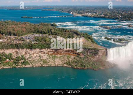 Haut de l'antenne vue paysage de Niagara Falls entre les États-Unis d'Amérique et le Canada. Voir l'Amérique sur l'état de New York et le pont de l'eau canadienne Banque D'Images