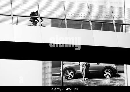 Cycliste sur la passerelle au-dessus Via Melchiorre Gioia - Milan, Italie Banque D'Images