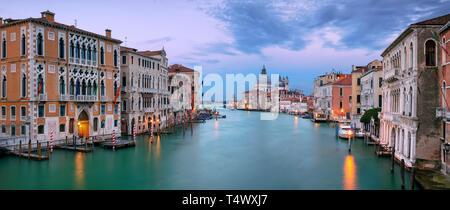 Venise, Italie. Paysage urbain panoramique image de Grand Canal à Venise, avec la Basilique Santa Maria della Salute en arrière-plan, pendant le coucher du soleil Banque D'Images